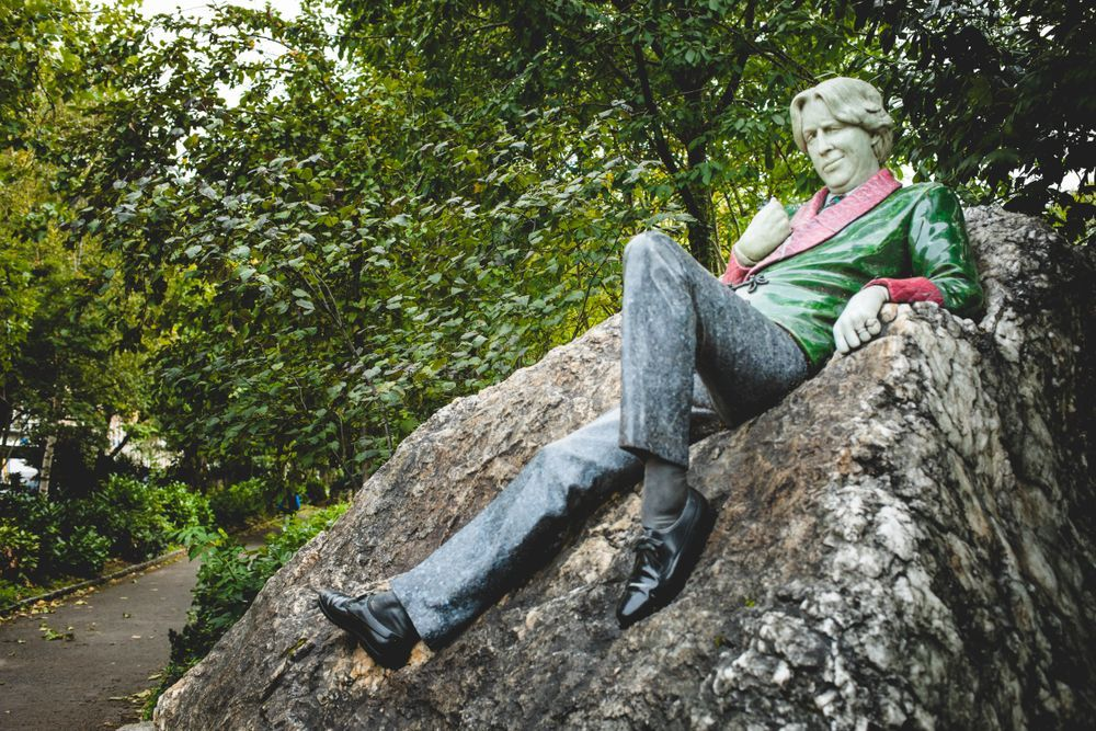 statue of Oscar Wilde situated at Merrion square park