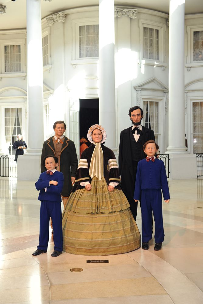 Wax figure of Lincoln and his family in Abraham Lincoln Presidential Library and the museum