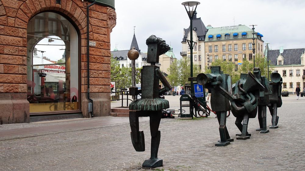 Optimist Orchestra bronze sculptures at Södergatan street