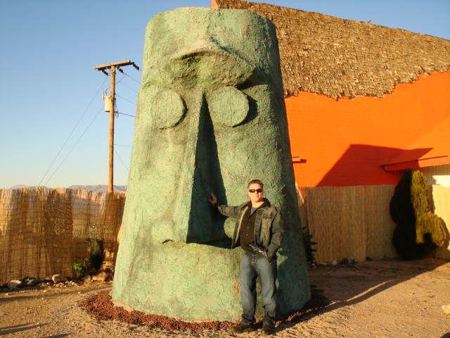 A tourist in front of Giganticus Headicus